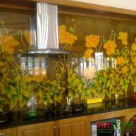 Kính màu ốp tường bếp